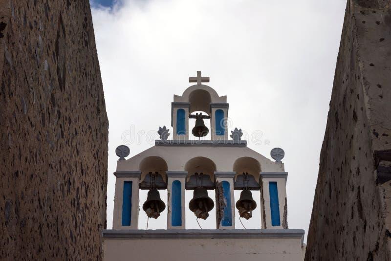 Mooi Eiland Santorini, Griekenland Witte Kerk met een klokketoren en oude klokken in de stad van Oia op het Eiland Santorini royalty-vrije stock foto's