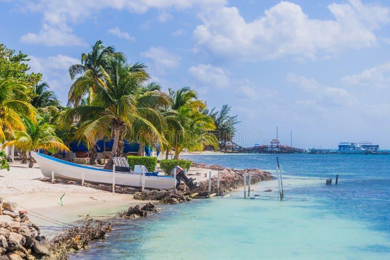 Mooi eiland, strand van Isla Mujeres, boot op het strand Mexico stock afbeelding