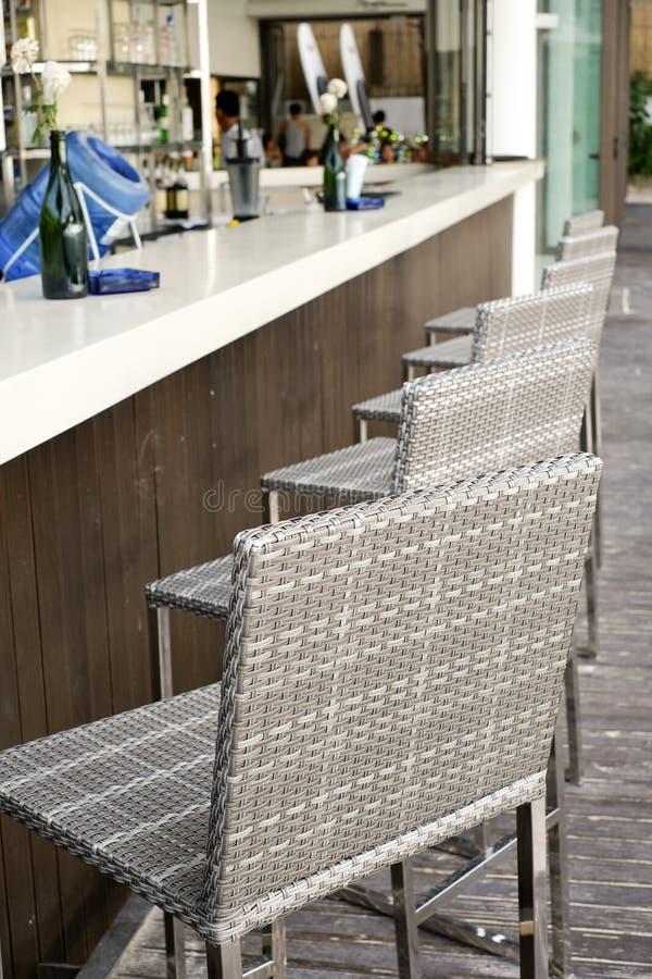 Mooi elegant binnenlands ontwerp, bar tegenbovenkant met rotanstoelen stock afbeeldingen