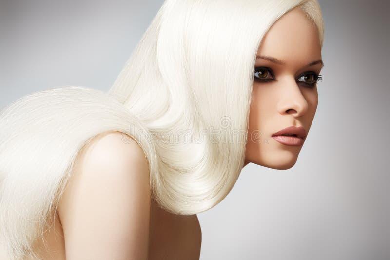 Mooi elegant model met lang blond recht haar royalty-vrije stock foto's