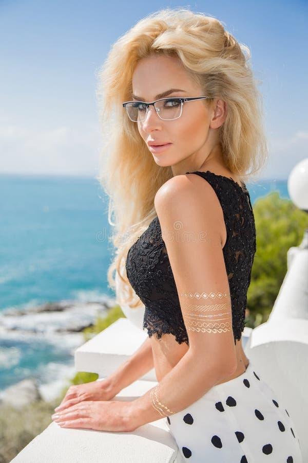 Mooi elegant sexy blonde vrouwelijk model in oogglazen stock foto's