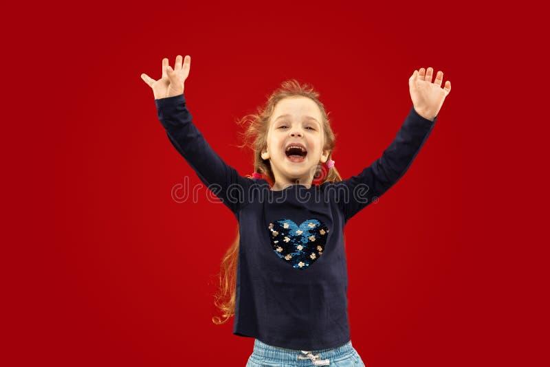 Mooi emotioneel die meisje op rode achtergrond wordt ge?soleerd royalty-vrije stock foto