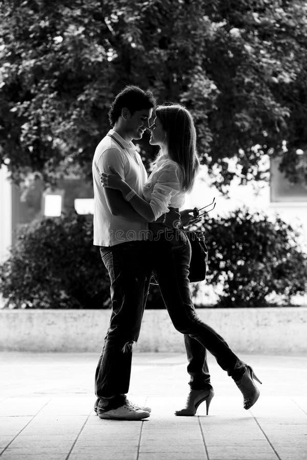 Mooi en gelukkig jong paar in liefde stock foto
