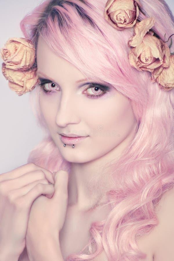 Mooi en jong meisje met roze haar royalty-vrije stock afbeelding