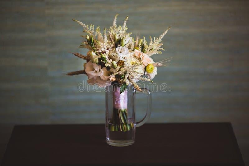 Mooi en kleurrijk boeket van bloemen over houten lijst royalty-vrije stock foto