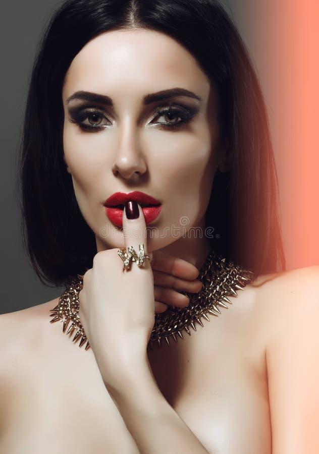 Mooi en sexy meisje met heldere make-up juwelen Lang haar royalty-vrije stock foto's