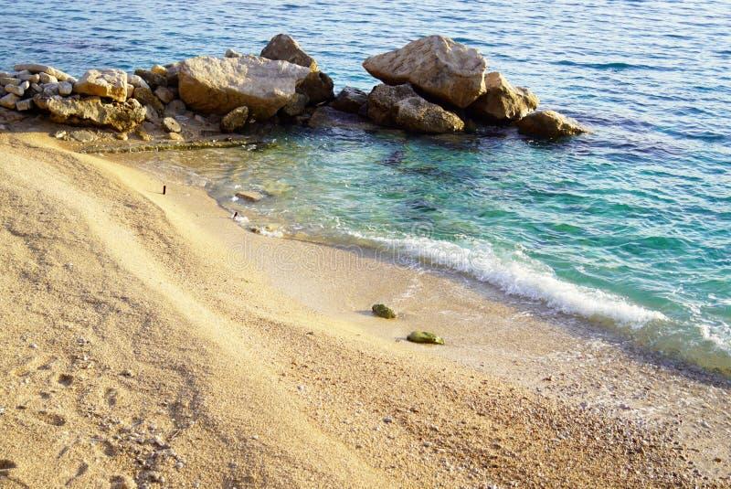 Mooi en verlaten kiezelsteenstrand op het Adriatische Overzees stock afbeeldingen