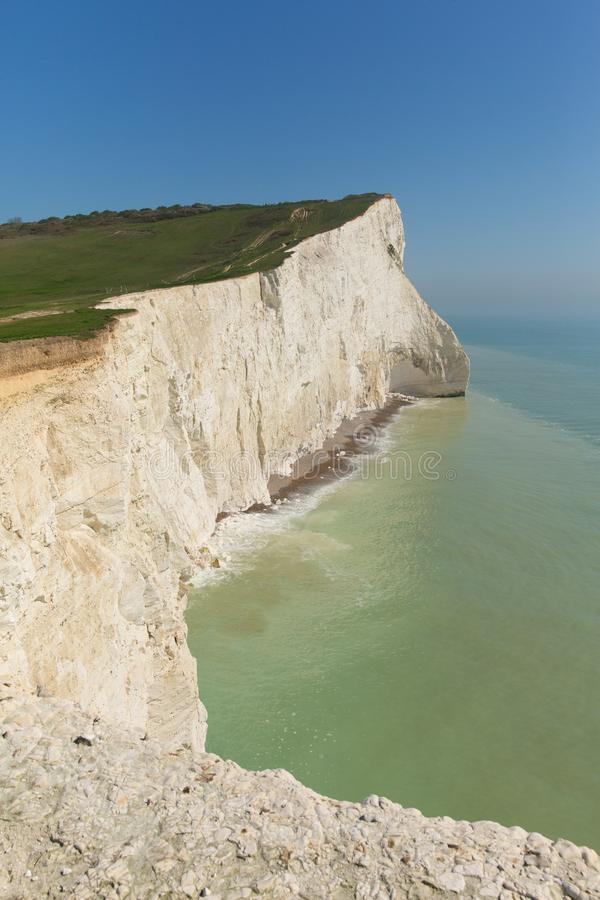 Mooi Engels van Oost- kustlijnseaford Sussex Engeland het UK met witte krijtrotsen, golven en blauwe hemel royalty-vrije stock fotografie