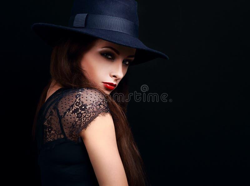 Mooi expressief helder make-up vrouwelijk model met roodgloeiende lip stock foto