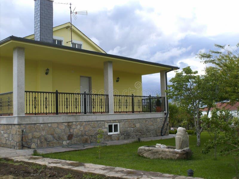 Mooi familiehuis met tuin royalty-vrije stock afbeelding