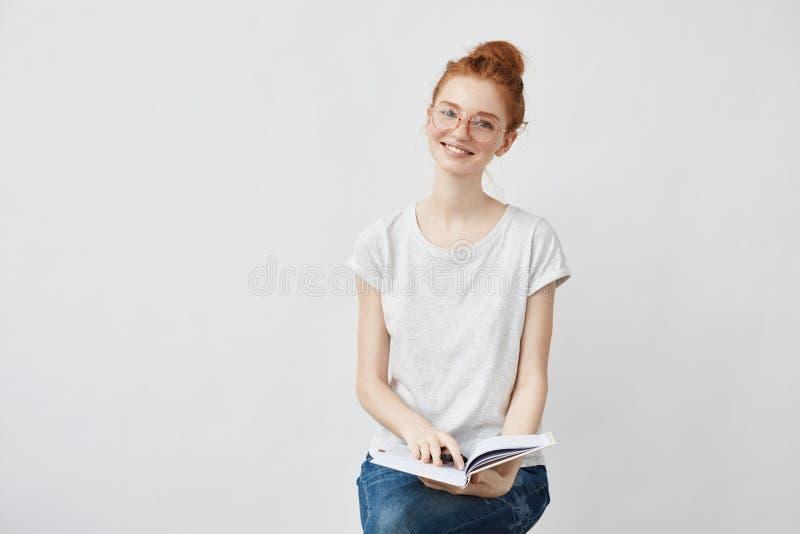 Mooi foxy vrouwelijk student het glimlachen holdingsnotitieboekje stock foto