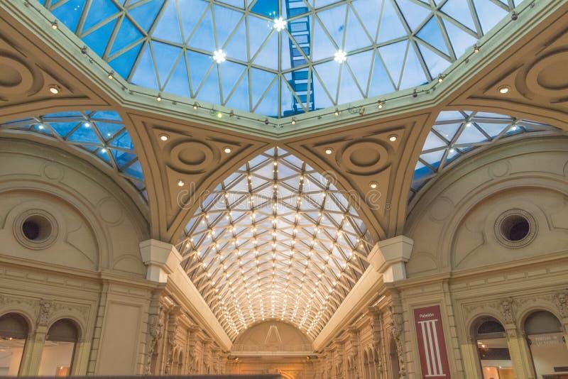 Mooi geïnformeerd dak binnen een gebouw royalty-vrije stock foto's