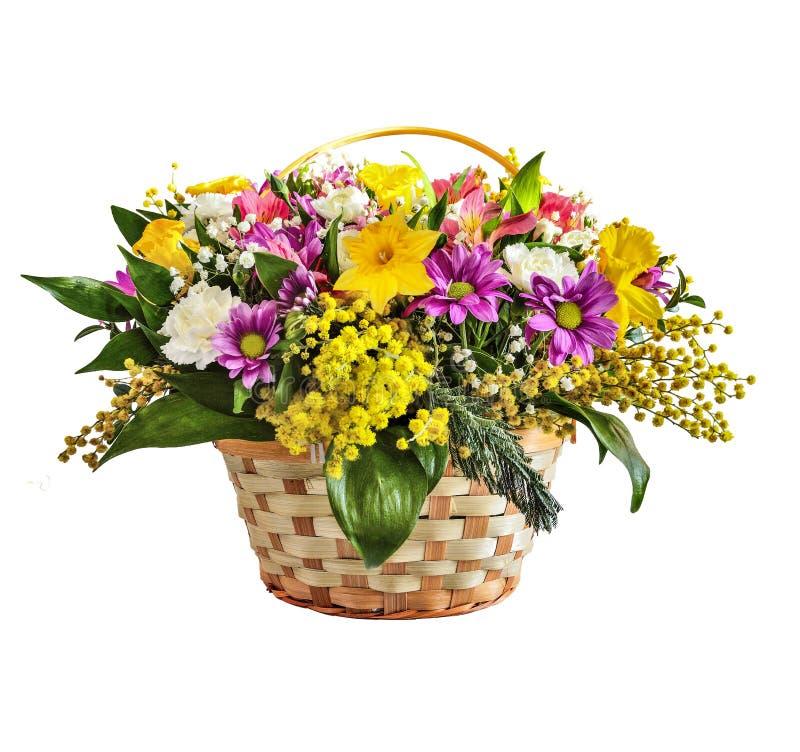 Mooi geïsoleerd de lenteboeket van kleurrijke bloemen in rieten mand, stock fotografie