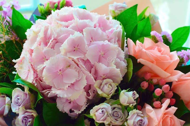Mooi gecombineerd roze boeket met een hydrangea hortensia stock afbeeldingen
