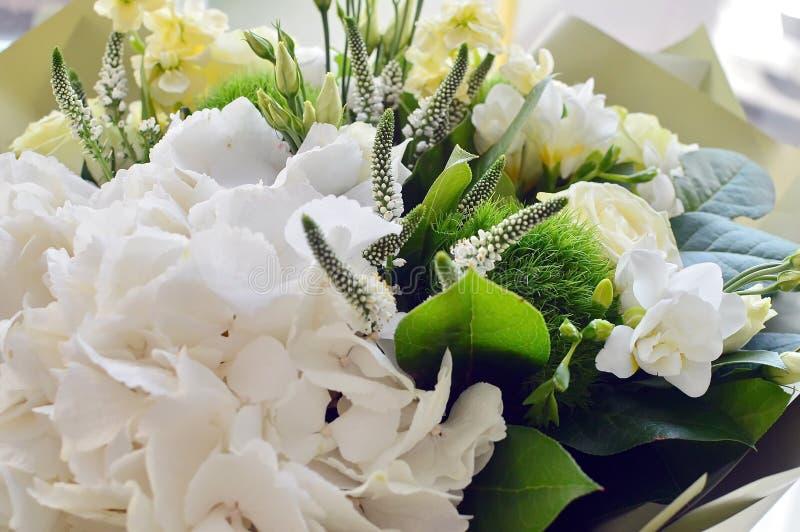 Mooi gecombineerd wit boeket met een hydrangea hortensia stock foto