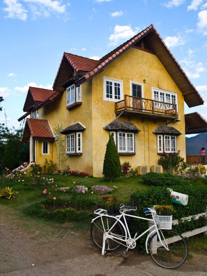 Download Mooi Geel Huis In Pai, Mae Hong Son, Thailand Stock Afbeelding - Afbeelding bestaande uit building, gras: 29504403