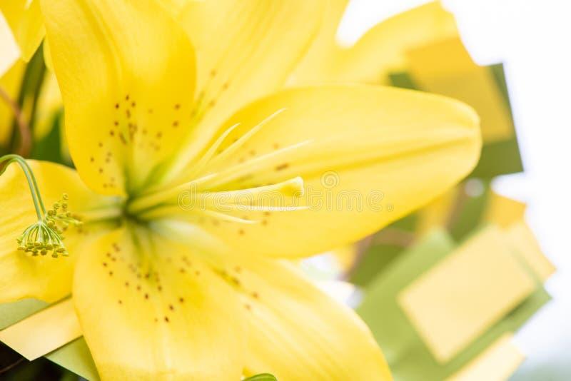 Mooi geel lelieclose-up van een huwelijksboeket royalty-vrije stock fotografie