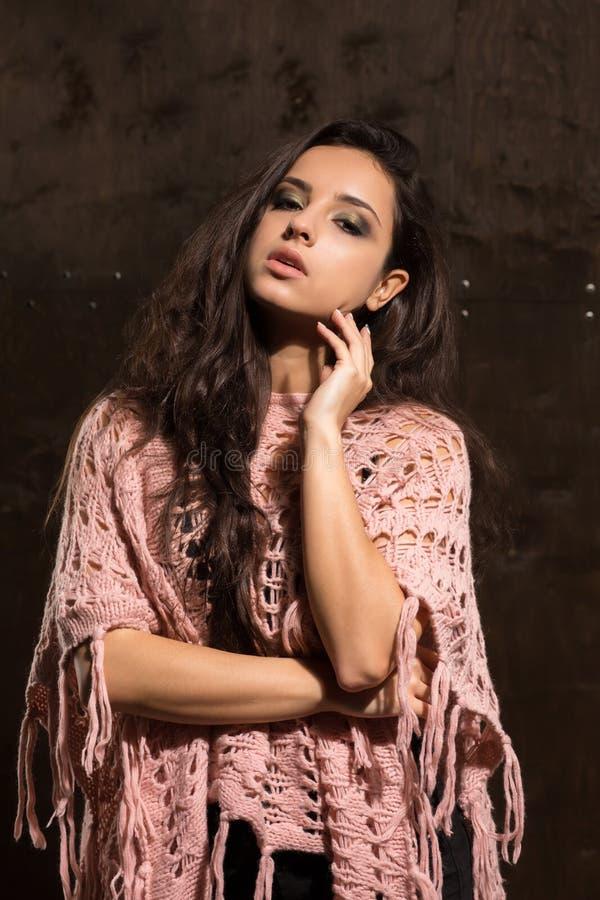 Mooi gelooid model die met heldere make-up roze gebreide swea dragen royalty-vrije stock foto
