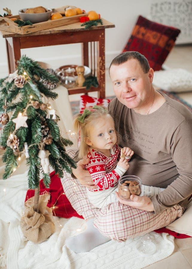 Mooi gelukkig babymeisje dichtbij Kerstboom stock afbeeldingen