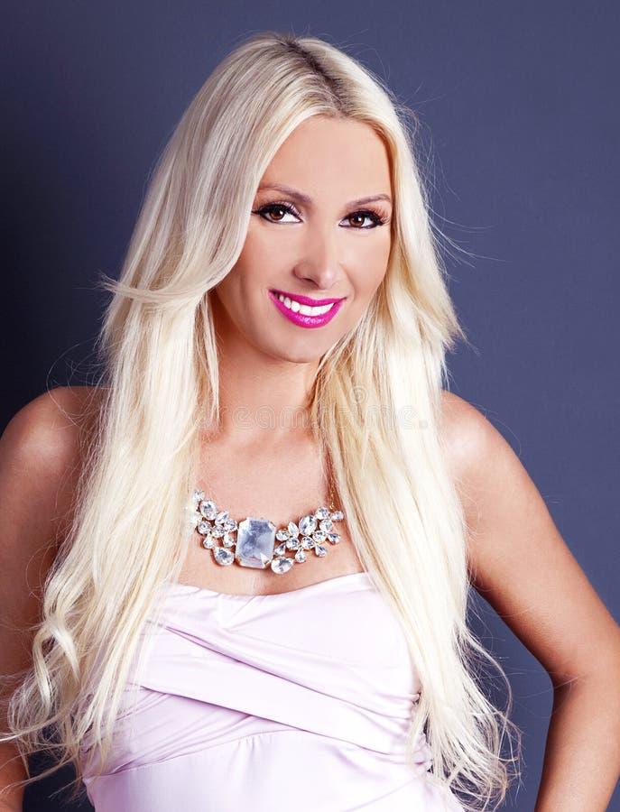 Mooi, Gelukkig Blonde glimlachende vrouw Het Manier en Schoonheidsschot stock foto