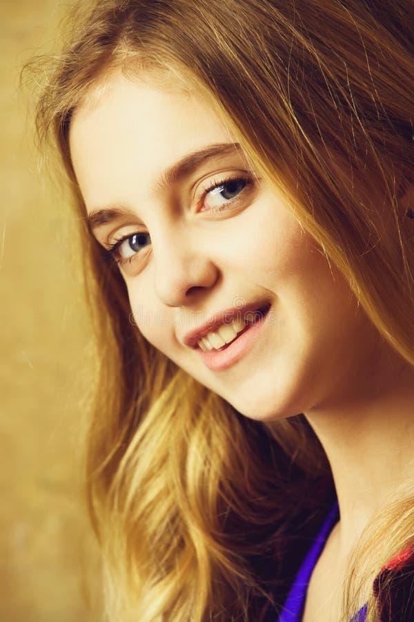 mooi gelukkig glimlachend meisje met blond haar stock afbeelding