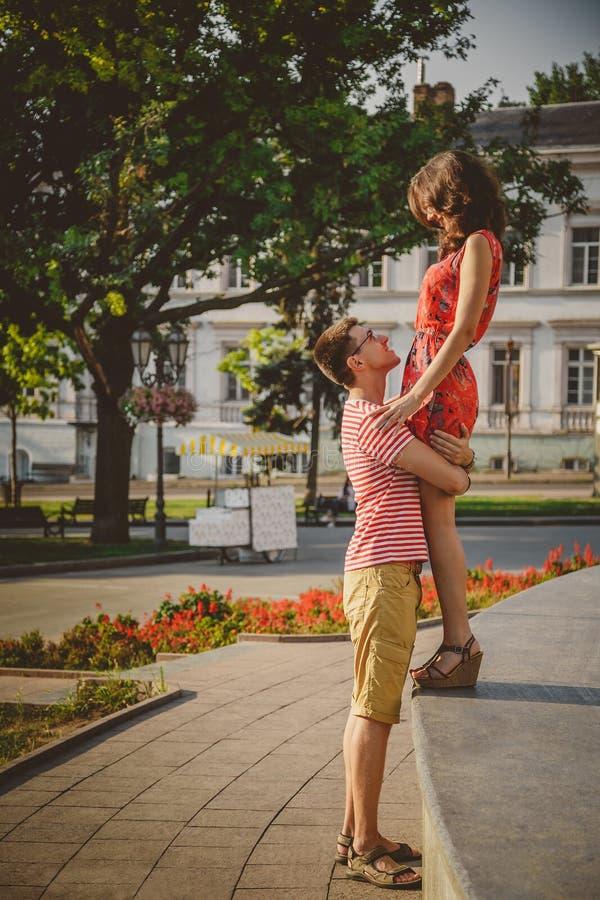 Mooi gelukkig houdend van paar die en elkaar die van tijd genieten samen de stadsstraat omhelzen bekijken zomer royalty-vrije stock foto's