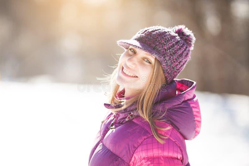 Mooi gelukkig meisje in een gebreide hoed royalty-vrije stock foto