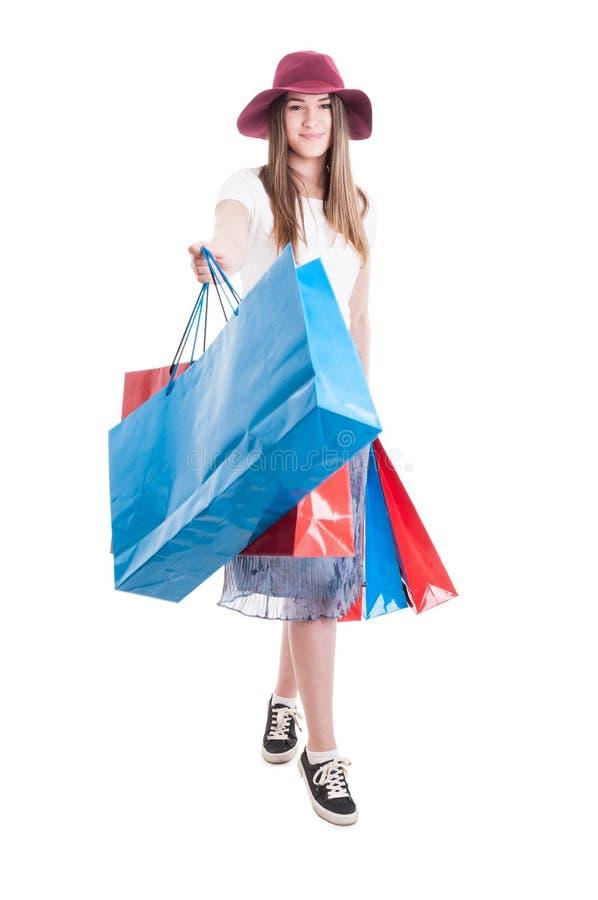 Mooi gelukkig meisje in in uitrusting die en het winkelen ontspannen doen stock afbeelding