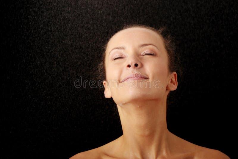 Mooi gelukkig nat vrouwengezicht royalty-vrije stock foto's
