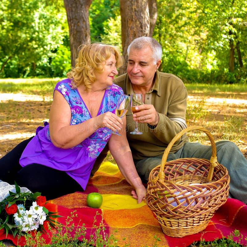 Mooi gelukkig oud paar in liefde in openlucht stock afbeeldingen
