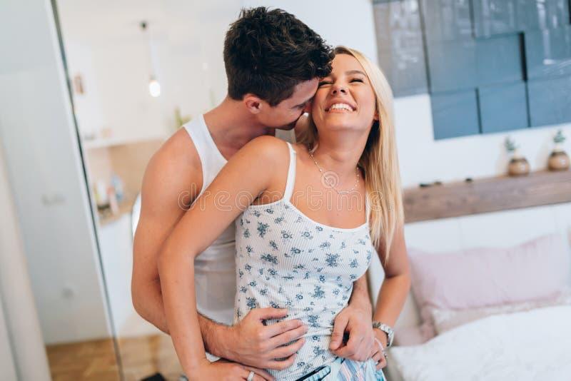 Mooi gelukkig paar in de ochtend stock afbeelding