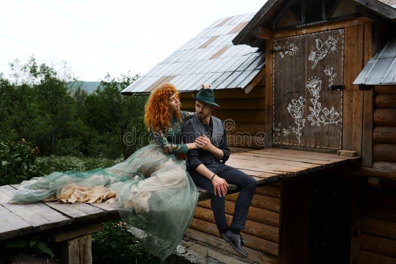 Mooi gelukkig paar Romantische zwart-witte foto Omhelzingen samen stock foto
