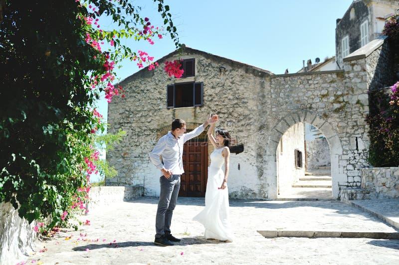 Mooi gelukkig paar in Sperlonga, Italië royalty-vrije stock foto