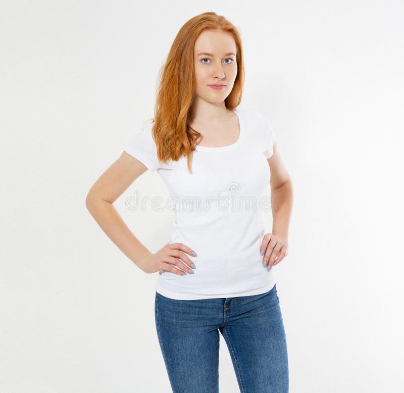 Mooi gelukkig rood ge?soleerd haarmeisje in witte t-shirt Mooie glimlach rode hoofdvrouw in t-shirtspot omhoog, spatie royalty-vrije stock afbeeldingen