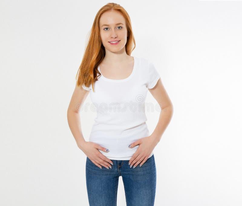 Mooi gelukkig rood ge?soleerd haarmeisje in witte t-shirt Mooie glimlach rode hoofdvrouw in t-shirtspot omhoog, spatie royalty-vrije stock foto's