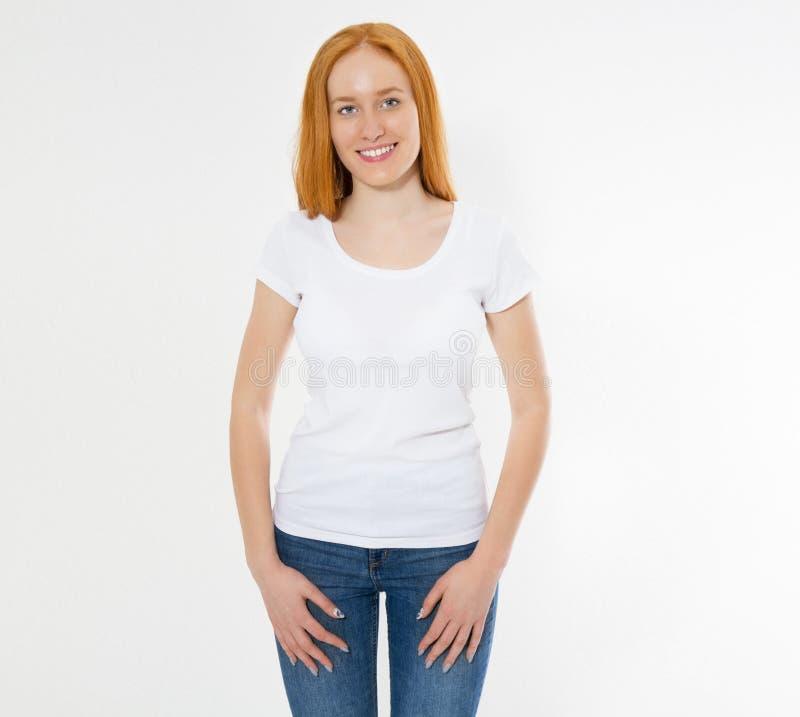 Mooi gelukkig rood haarmeisje in witte t-shirt Mooie glimlach rode hoofdvrouw in t-shirtspot omhoog, spatie stock fotografie