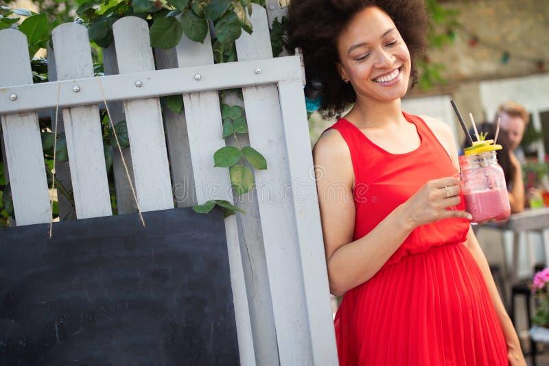 Mooi gelukkig zwarte die gezonde drank en het glimlachen drinken royalty-vrije stock foto