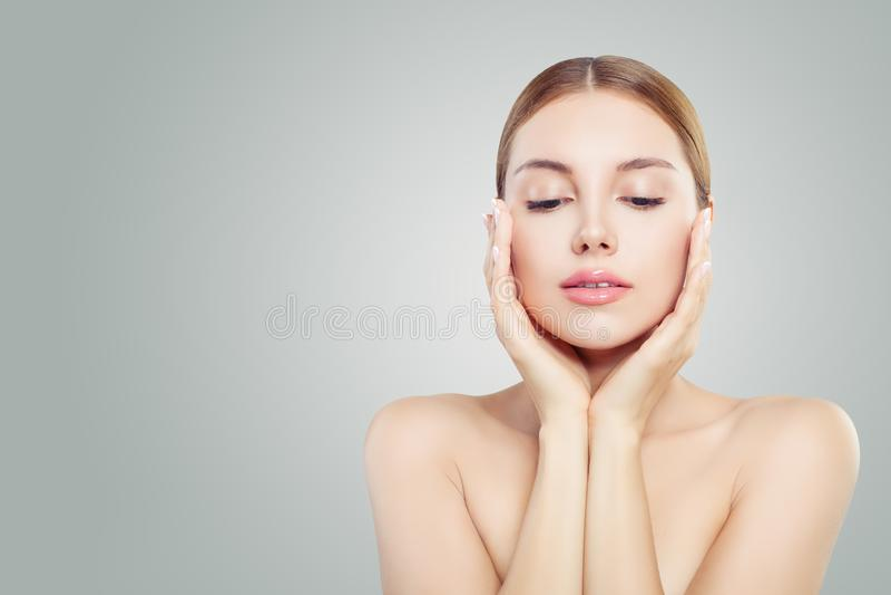 Mooi gezicht Mooie vrouw die haar gezicht in haar handen houden Gezichtsbehandeling, gezicht dat, anti en het concept van de huid stock afbeelding