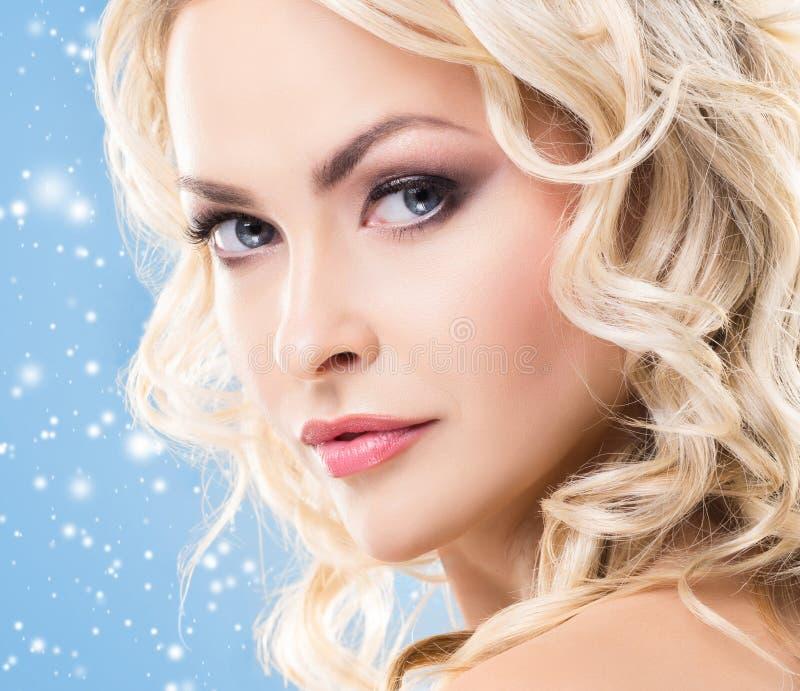 Mooi gezicht over Kerstmisachtergrond De winterportret van vrij blonde vrouw stock fotografie