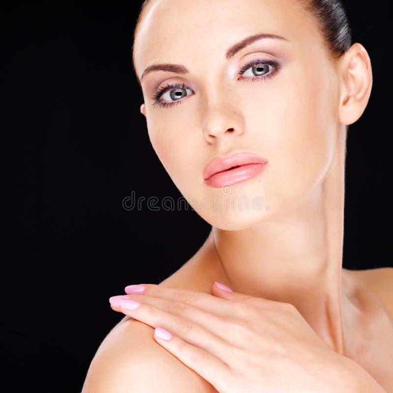 Mooi   gezicht van de volwassen vrouw met verse huid royalty-vrije stock afbeelding