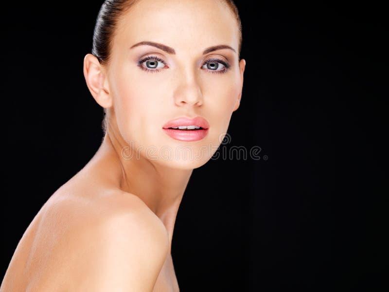 Mooi gezicht van de volwassen vrouw met verse huid stock afbeeldingen