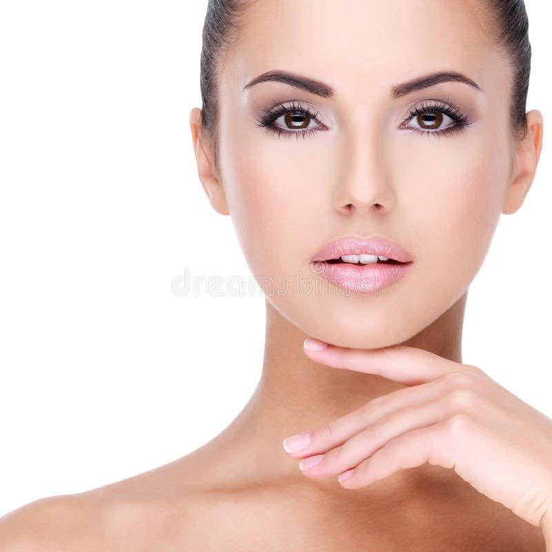 Mooi gezicht van jong meisje met verse gezonde huid stock afbeeldingen