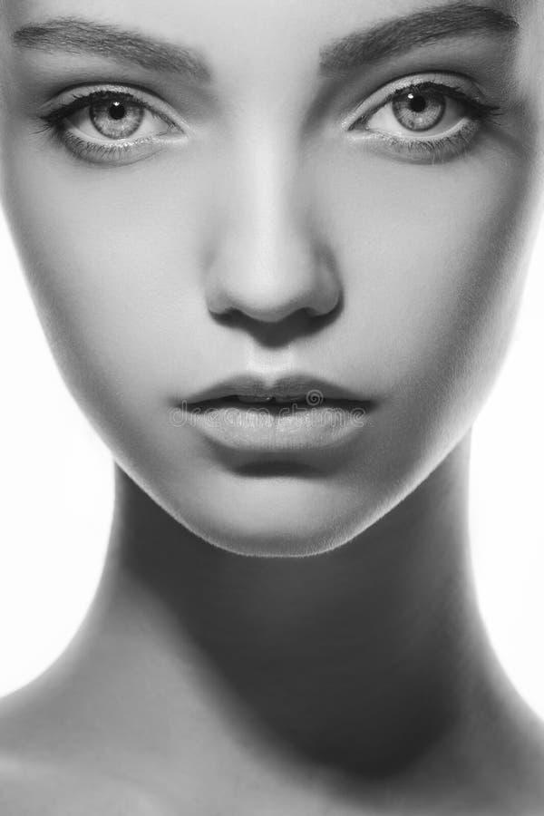 Mooi gezicht van jonge tienervrouw met schone verse huid royalty-vrije stock afbeelding