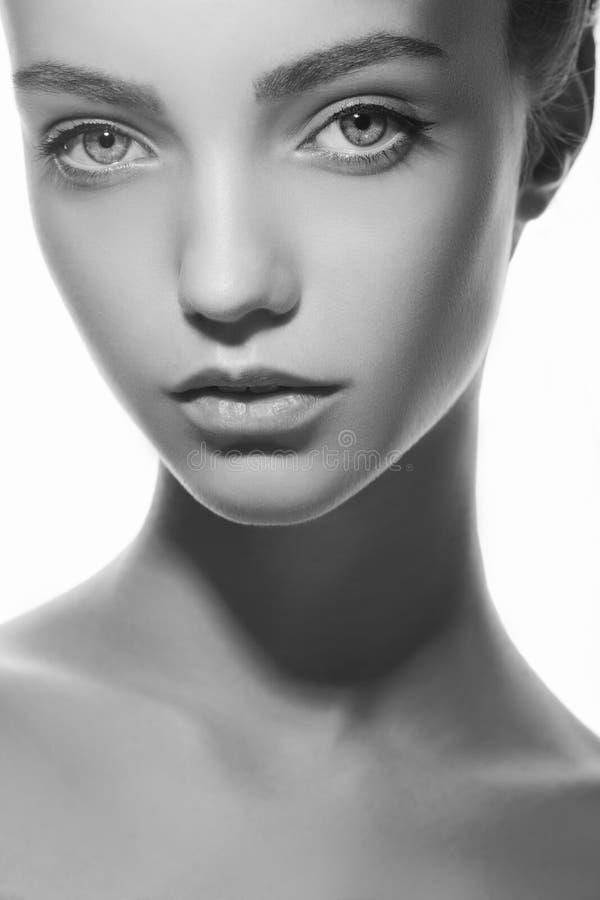 Mooi gezicht van jonge tienervrouw met schone verse huid stock fotografie