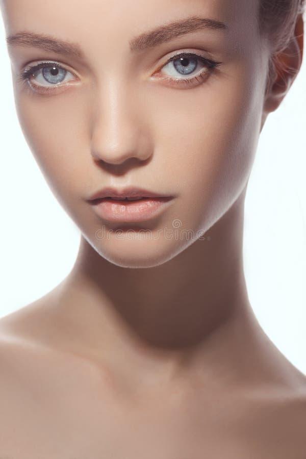 Mooi gezicht van jonge tienervrouw met schone verse huid royalty-vrije stock afbeeldingen