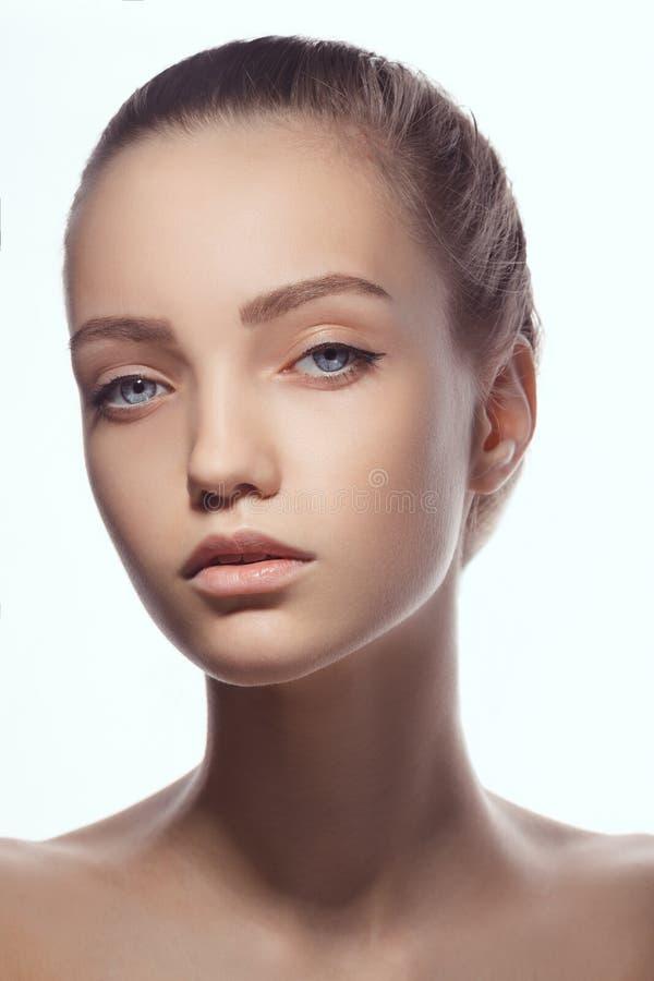 Mooi gezicht van jonge tienervrouw met schone verse huid royalty-vrije stock fotografie