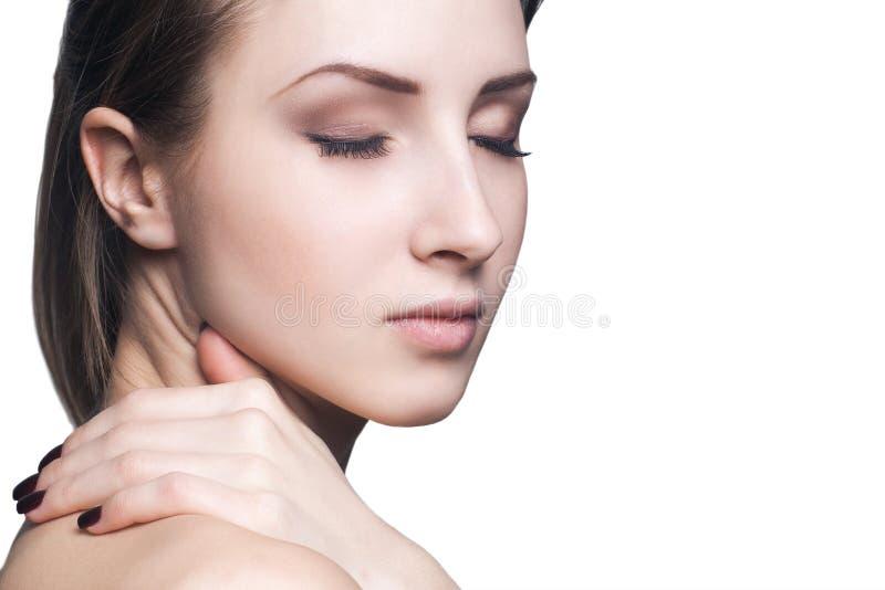 Mooi gezicht van jonge volwassen vrouw met schone verse huid stock afbeelding