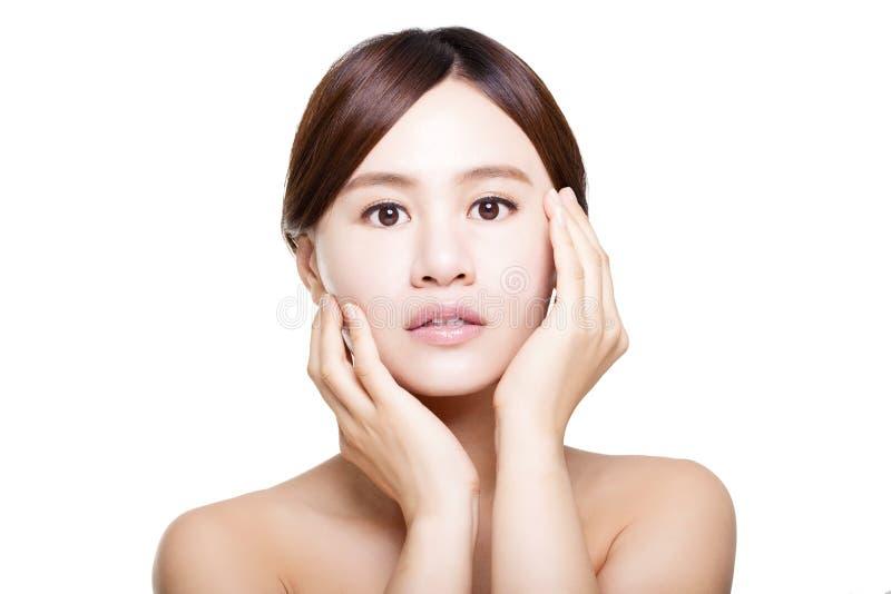 Mooi gezicht van jonge volwassen vrouw met schone verse huid stock foto's