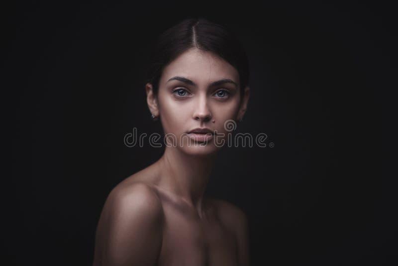 Mooi gezicht van jonge volwassen vrouw met schone verse huid stock foto