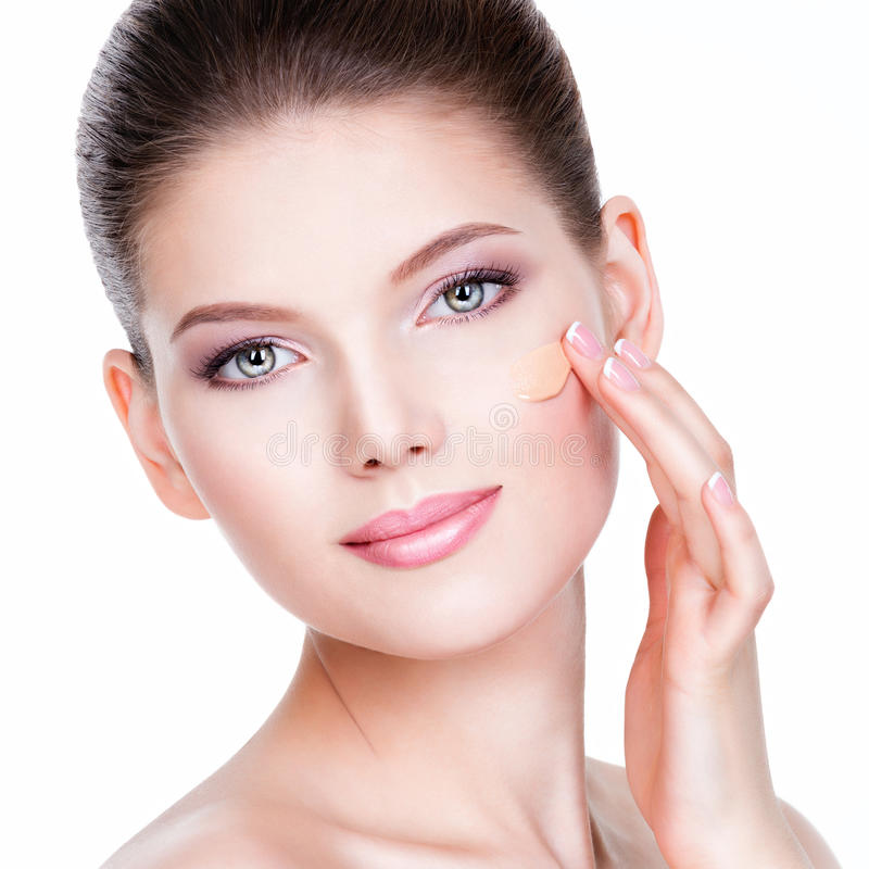 Mooi gezicht van jonge vrouw met kosmetische stichting op een huid royalty-vrije stock foto's
